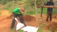 Uzimanje uzoraka rude na rudarskoj lokaciji sa zabavom na Swahili jeziku